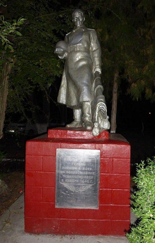 г. Невинномысск пос. Низки. Братская могила 8 советских воинов, погибших при освобождении поселка от фашистских захватчиков в 1943 году.