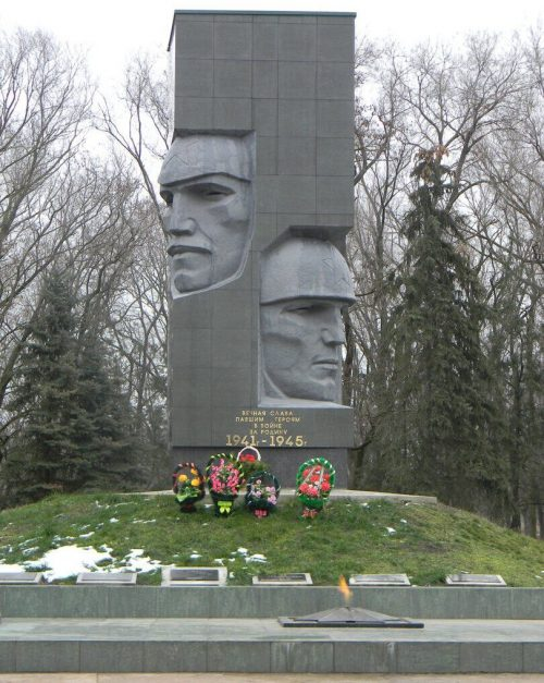 с. Донское Труновского р-на. Памятник, установленный в 1975 году на братской могиле советских воинов, погибших в годы войны. Скульптор - М.И. Щукин, архитектор - Ф.Н. Долженко.