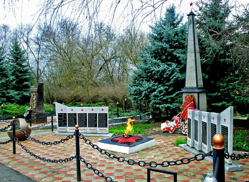 с. Рогатая Балка Петровского р-на. Памятник воинам-землякам, погибшим в годы Гражданской и Великой Отечественной войн.