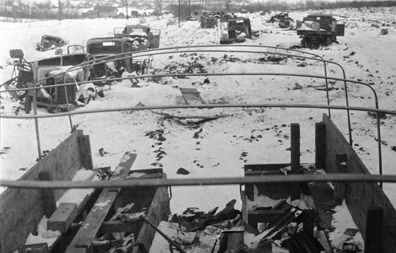 Немецкие грузовые автомобили, разбитые во время битвы за Москву. Декабрь 1941 г.