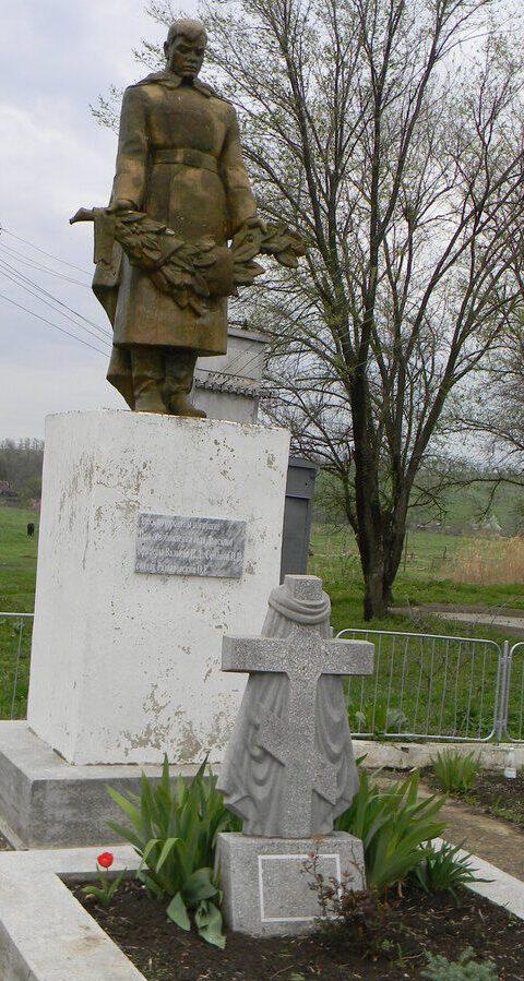 с. Донское Труновского р-на. Памятник «Скорбящий воин», установленный на братской могиле советских воинов, погибших в годы войны.