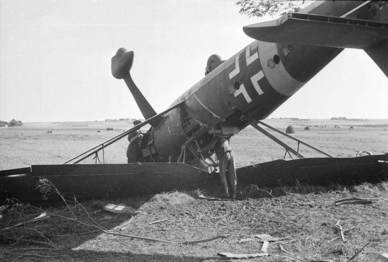 Самолет-разведчик Хеншель-126, перевернувшийся в результате капотирования. 1941 г.