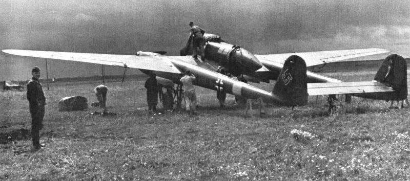 Обслуживание самолета-разведчика Фокке-Вульф Fw.189A на Восточном фронте. 1941 г.