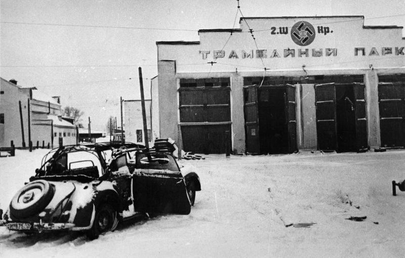 Автомобиль «Mercedes-Benz 170-V» у трамвайного парка Калинина. Декабрь 1941 г.