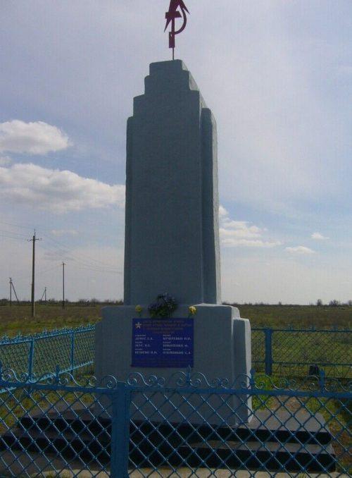 с. Ачикулак Нефтекумского р-на. Братская могила, в которой похоронено 5 советских воинов, погибших в 1942 году.