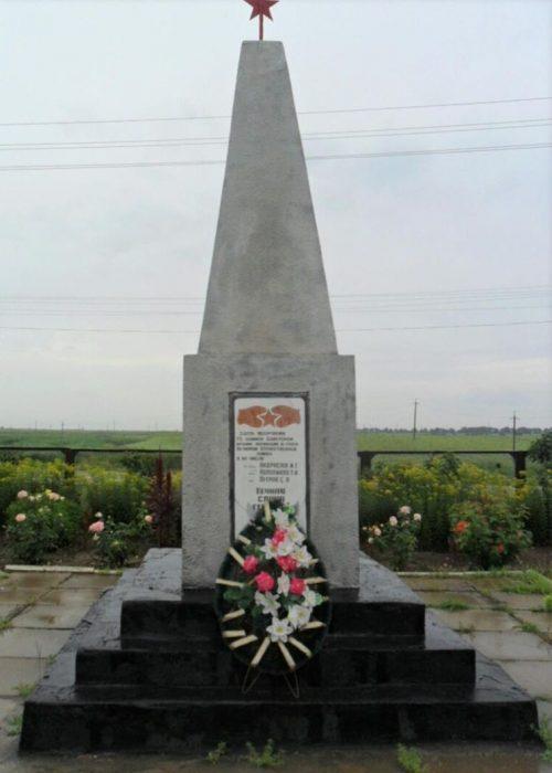 с. Ачикулак Нефтекумского р-на. Братская могила, в которой похоронено 76 советских воинов, погибших в 1943 году.