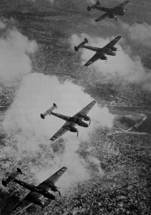 Истребители-бомбардировщики Bf-110 в полете над южной Англией. 1941 г.