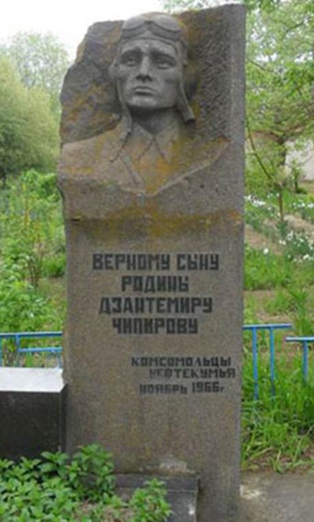 с. Ачикулак Нефтекумского р-на. Могила летчика Чипирова, погибшего в 1942 году.