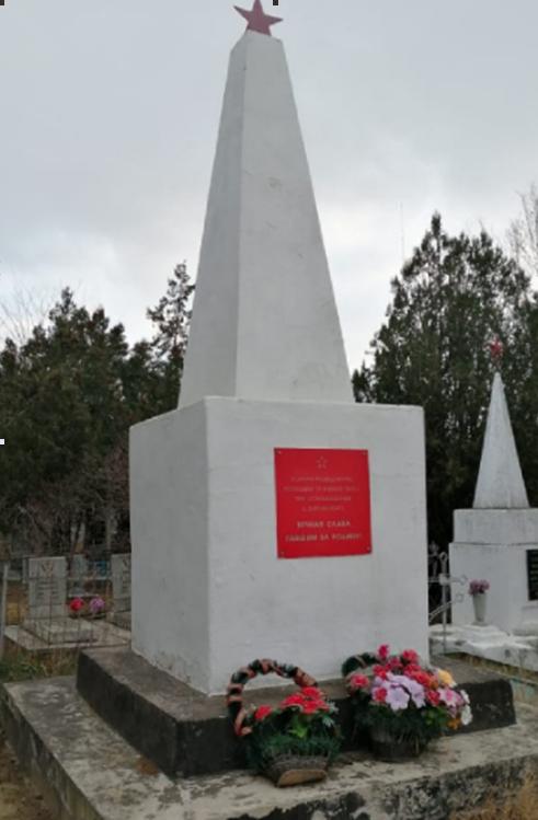 г. Светлоград. Обелиск на братской могиле разведчиков, погибших в 1943 году.