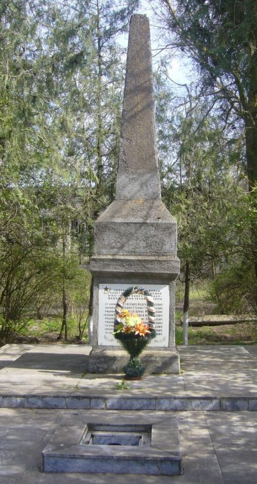 с. Ачикулак Нефтекумского р-на. Братская могила, в которой похоронено 55 советских воинов, погибших в боях в 1943 году.