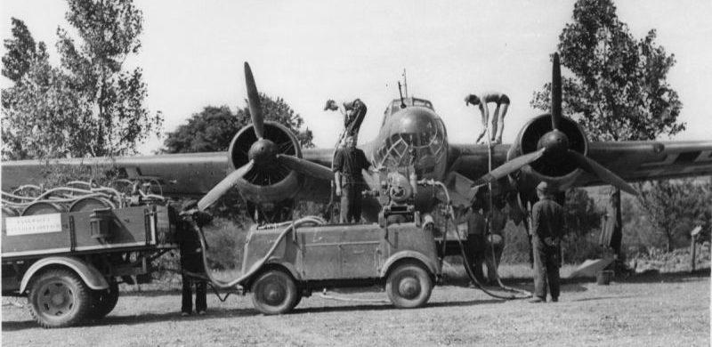 Заправка самолета-разведчика Дорнье Do.17P. 1941 г.