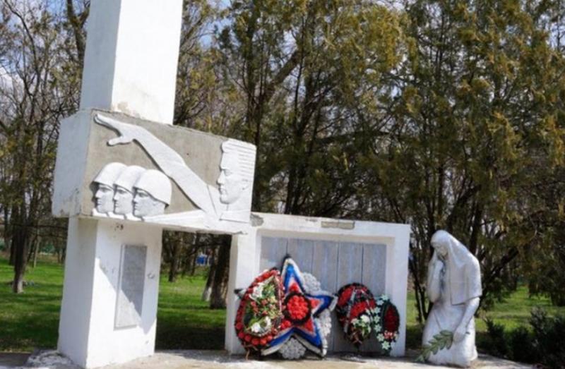 с. Подлесное Труновского р-на. Памятник воинам-односельчанам, погибшим в годы войны.