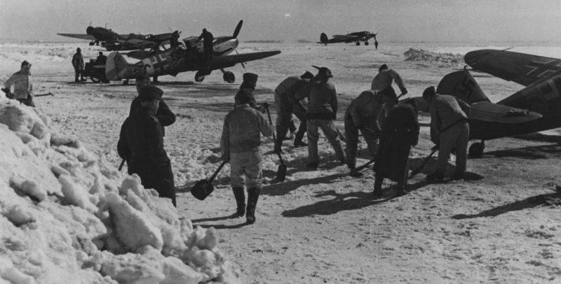 Наземный персонал чистит от снега стоянку самолетов на аэродроме Таганрога. Апрель 1942 г.