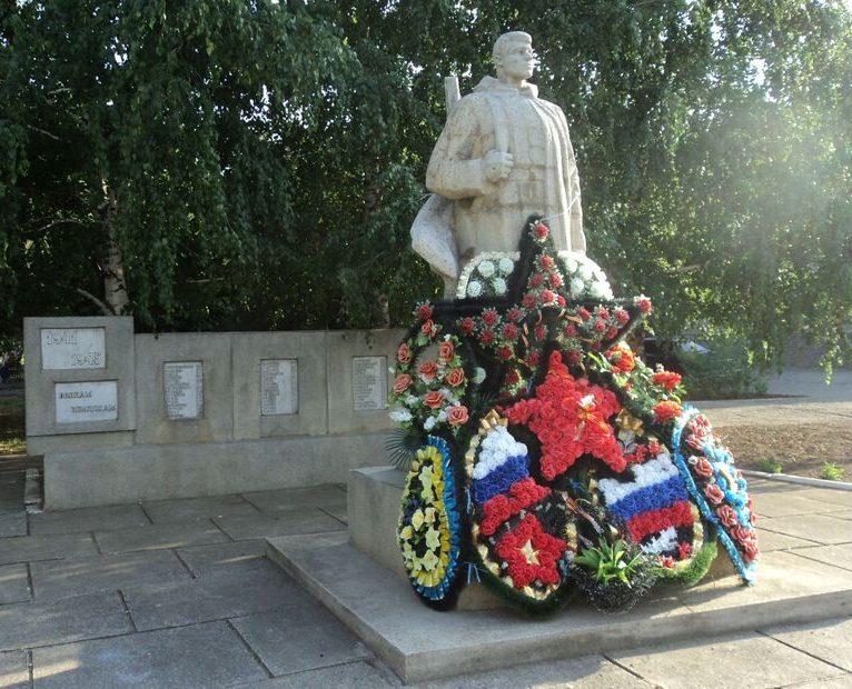 с. Шангала Петровского р-на. Обелиск воинам-односельчанам, погибшим в годы войны.