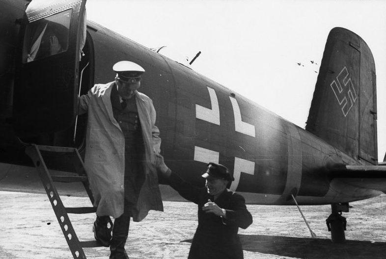 Адольф Гитлер выходит из самолета «Фокке-Вульф» Fw-200 в Полтаве. Июнь 1942 г.