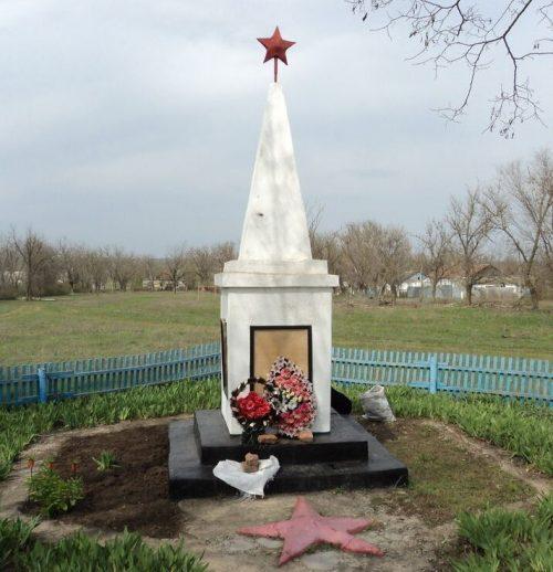 п. Березовский Туркменского р-на. Памятник воинам-землякам, погибшим в годы войны.