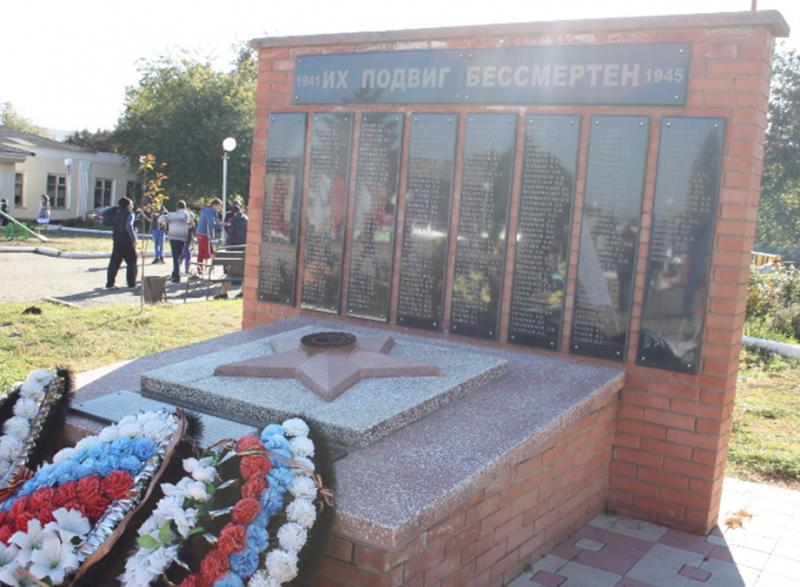 с. Подлужное Изобильненского р-на. Мемориал погибшим советским воинам.