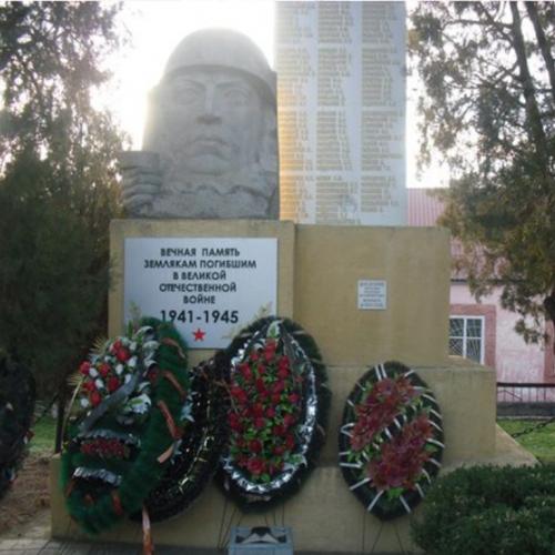 п. Владимировка Туркменского р-на. Памятник, погибшим землякам.