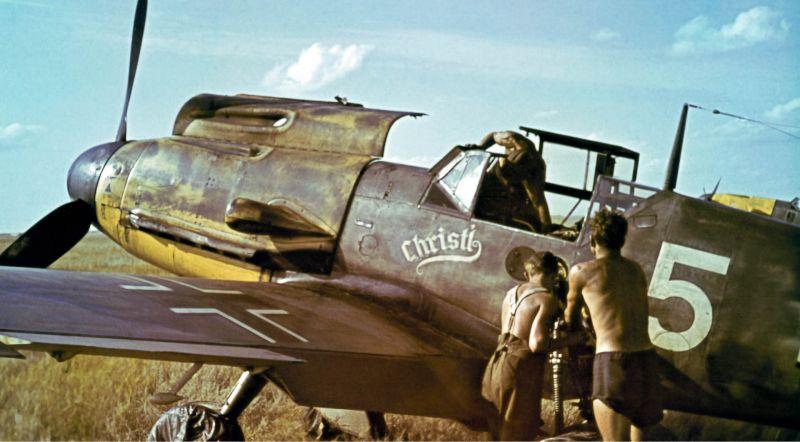 Авиатехники обслуживают истребитель Bf. 109F-4. Июнь 1942 г.