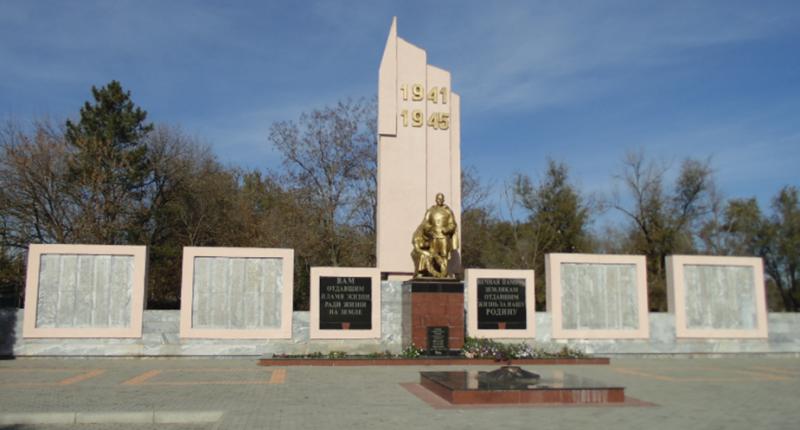 с. Птичье Изобильненского р-на. Памятник воинам, погибшим в годы Гражданской и Великой Отечественной войн.