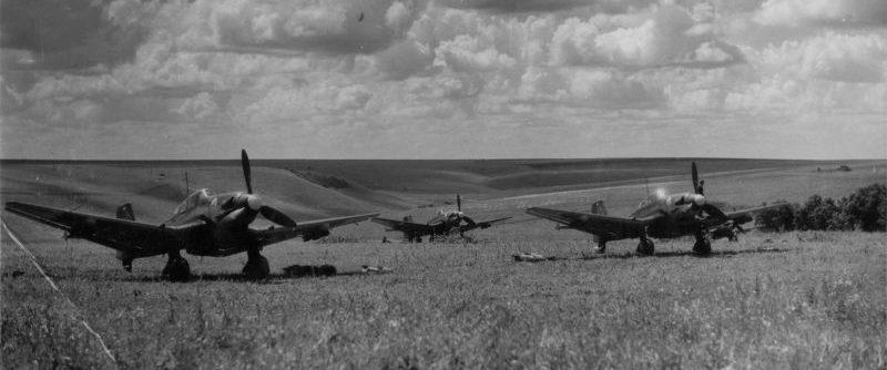 Немецкие пикирующие бомбардировщики Ю-87 на полевом аэродроме. Июль 1942 г.