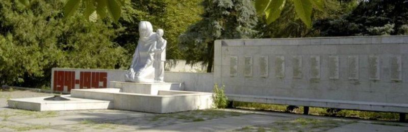 с. Каясула Нефтекумского р-на. Памятник. установленный на братской могиле советских воинов и партизан отряда «Каясулинский», погибших в 1942 года.