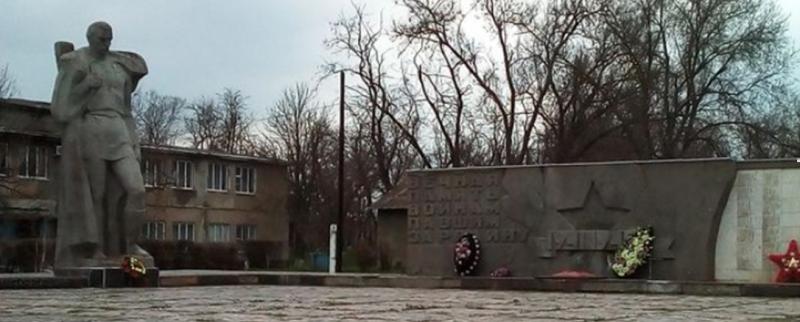 с. Казгулак Туркменского р-на. Мемориал советским воинам, павшим в годы войны.