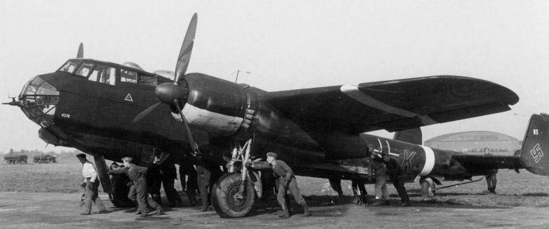 Бомбардировщик Do 217E-4 на аэродроме в Нидерландах. Июль 1942 г.