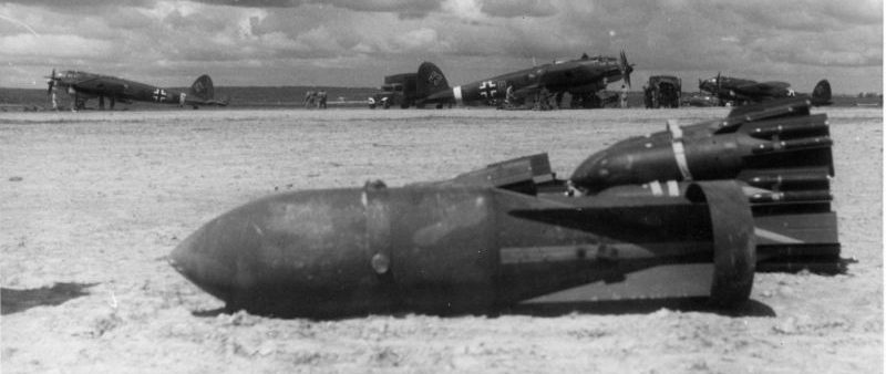 Авиабомбы и бомбардировщики «Хейнкель» He-111 на Сещинском аэродроме. Июль 1942 г.