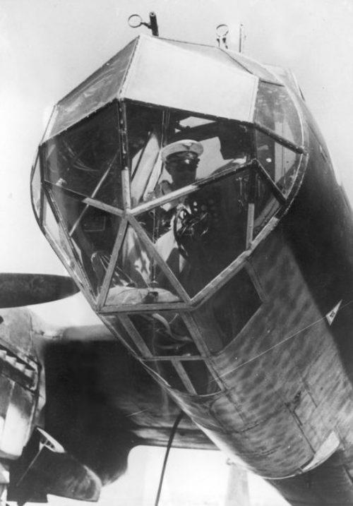Генерал-фельдмаршал Альберт Кессельринг в кабине самолета-разведчика Дорнье Do.215B-2. Июль 1942 г.