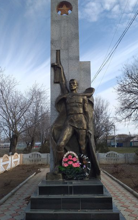 с. Кендже-Кулак Туркменского р-на. Памятник воинам и односельчанам, погибшим в годы войны.