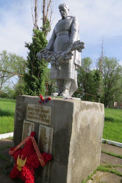 х. Смыков, Изобильненского р-на. Памятник, установленный на братской могиле, в которой похоронено 15 советских воинов, погибших в 1942 - 1943 гг.