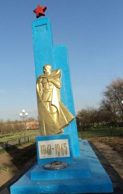 с-з. «Красный Маныч» Туркменского р-на. Памятник воинам-землякам, погибшим в годы войны.