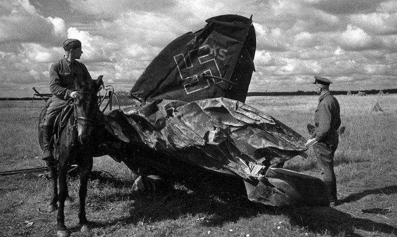 Остатки немецкого самолета Хейнкель He-111, сбитого под Ржевом. Сентябрь 1942 г.