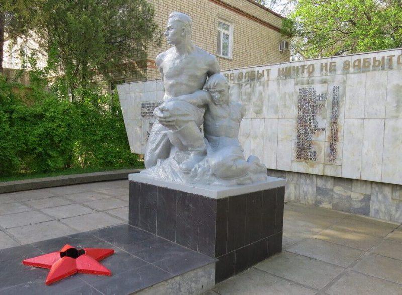 ст-ца. Староизобильная Изобильненского р-на. Памятник, установленный на братской могиле советских воинов, погибших в годы Гражданской и Великой Отечественной войн.