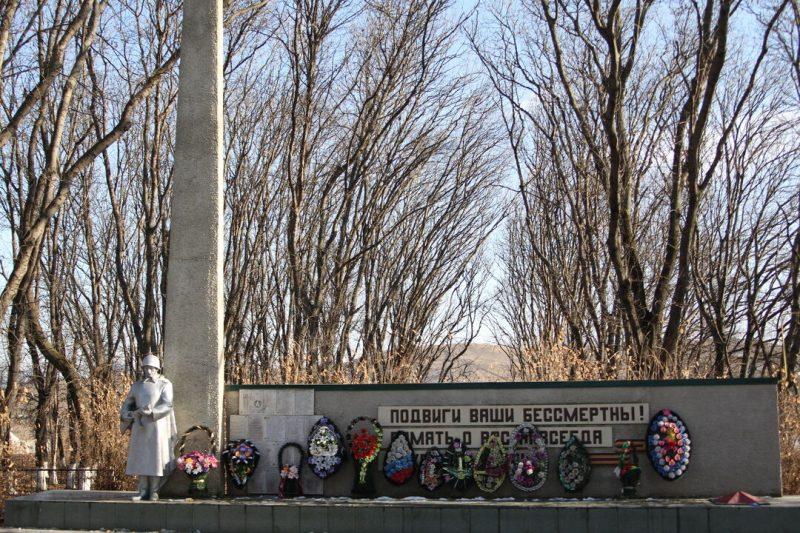 с. Новоблагодарное Предгорного р-на. Памятник землякам, погибшим в годы войны.