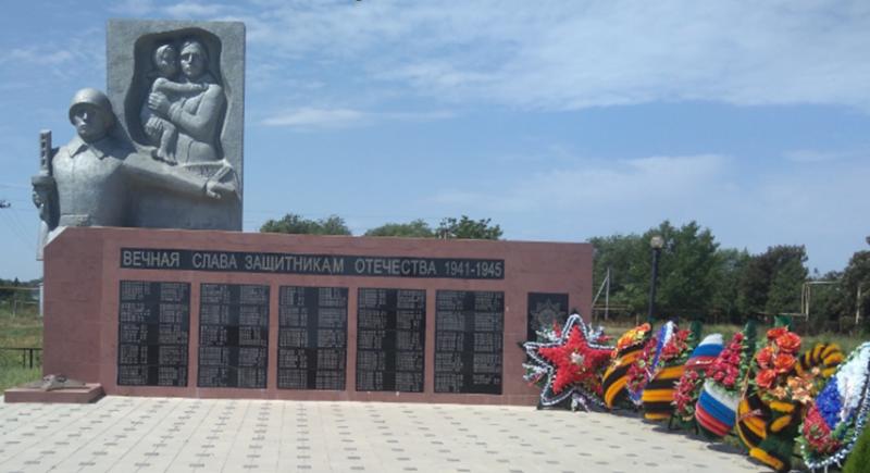 с. Тищенское Изобильненского р-на. Памятник землякам, погибшим в годы войны.