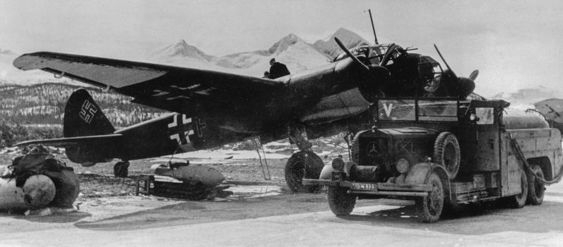 Заправка топливом бомбардировщика Ю-88 на аэродроме Бардуфос в Норвегии. 1942 г.