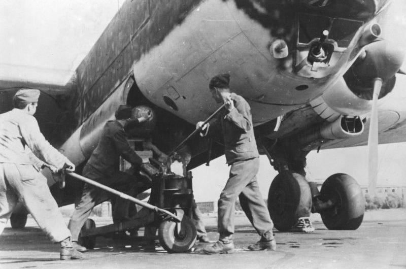 Загрузка авиабомбы в бомбардировщик Хейнкель He-177 «Greif». 1942 г.