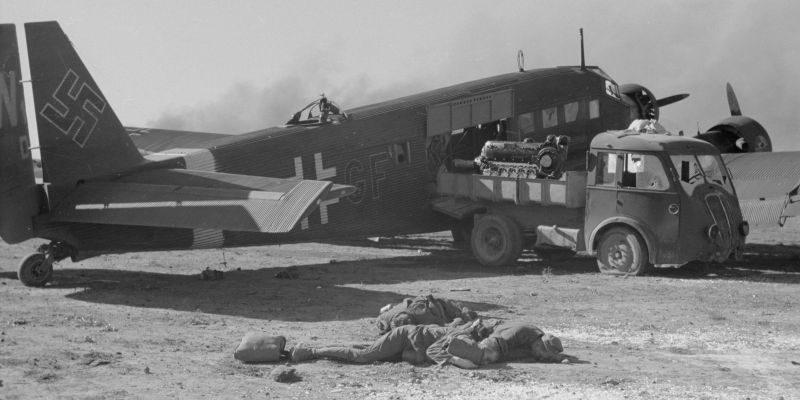Обстрелянный Ю-52 на аэродроме при разгрузке в Тунисе. 1942 г.