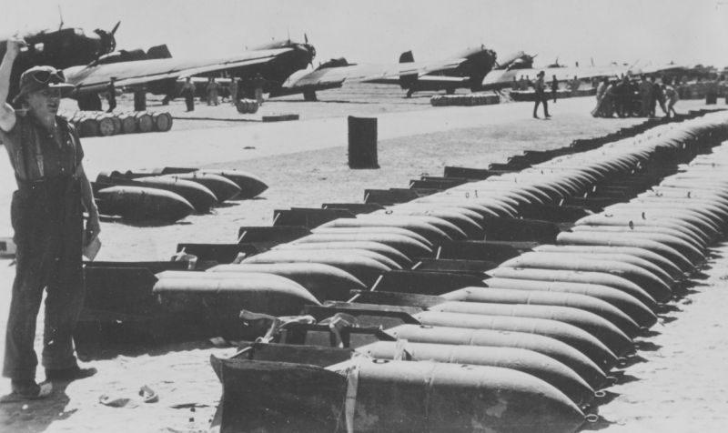 Авиабомбы для Африканского корпуса на аэродроме в Северной Африке. 1942 г.