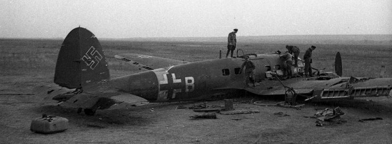 Сбитый немецкий бомбардировщик Хейнкель He-111 в донской степи. 1942 г.
