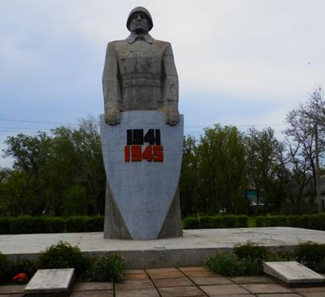 п. Большевик Ипатовского р-на. Памятник советским воинам, погибшим в годы войны.
