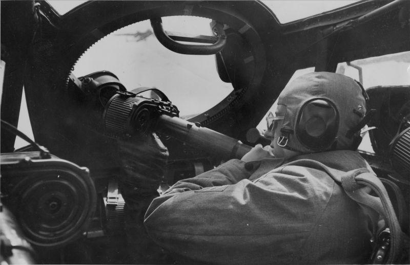 Стрелок бомбардировщика Дорнье Do-17Z во время боевого вылета. 1942 г.