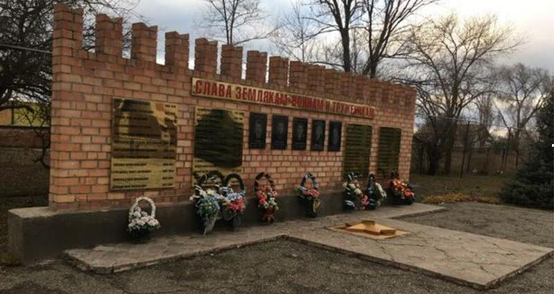 п. Ясный Туркменского р-на. Мемориал землякам, погибшим в годы войны.