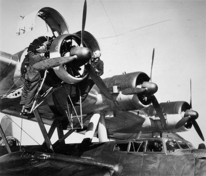 Обслуживание летающей лодки Дорнье Do 24T-1. 1942 г.