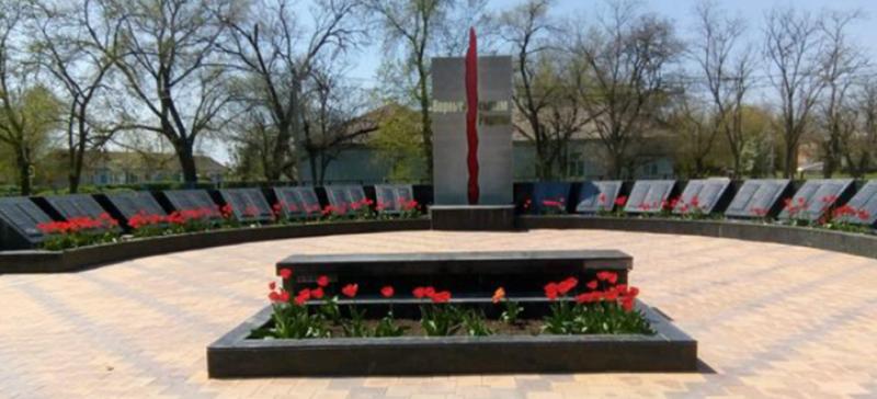 п. Винодельненский Ипатовского р-на. Мемориал героям войны.