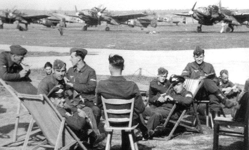 Экипажи тяжелых истребителей Мессершмитт Bf.110E на аэродроме в ожидании сигнала на взлет. 1942 г.