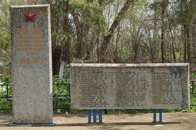 х. Водный Ипатовского р-на. Памятник советским воинам, погибшим в годы войны.