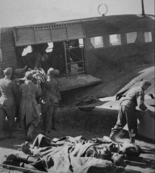 Погрузка раненых в транспортный самолет Junkers Ju-52 на аэродроме под Сталинградом. 1942 г.